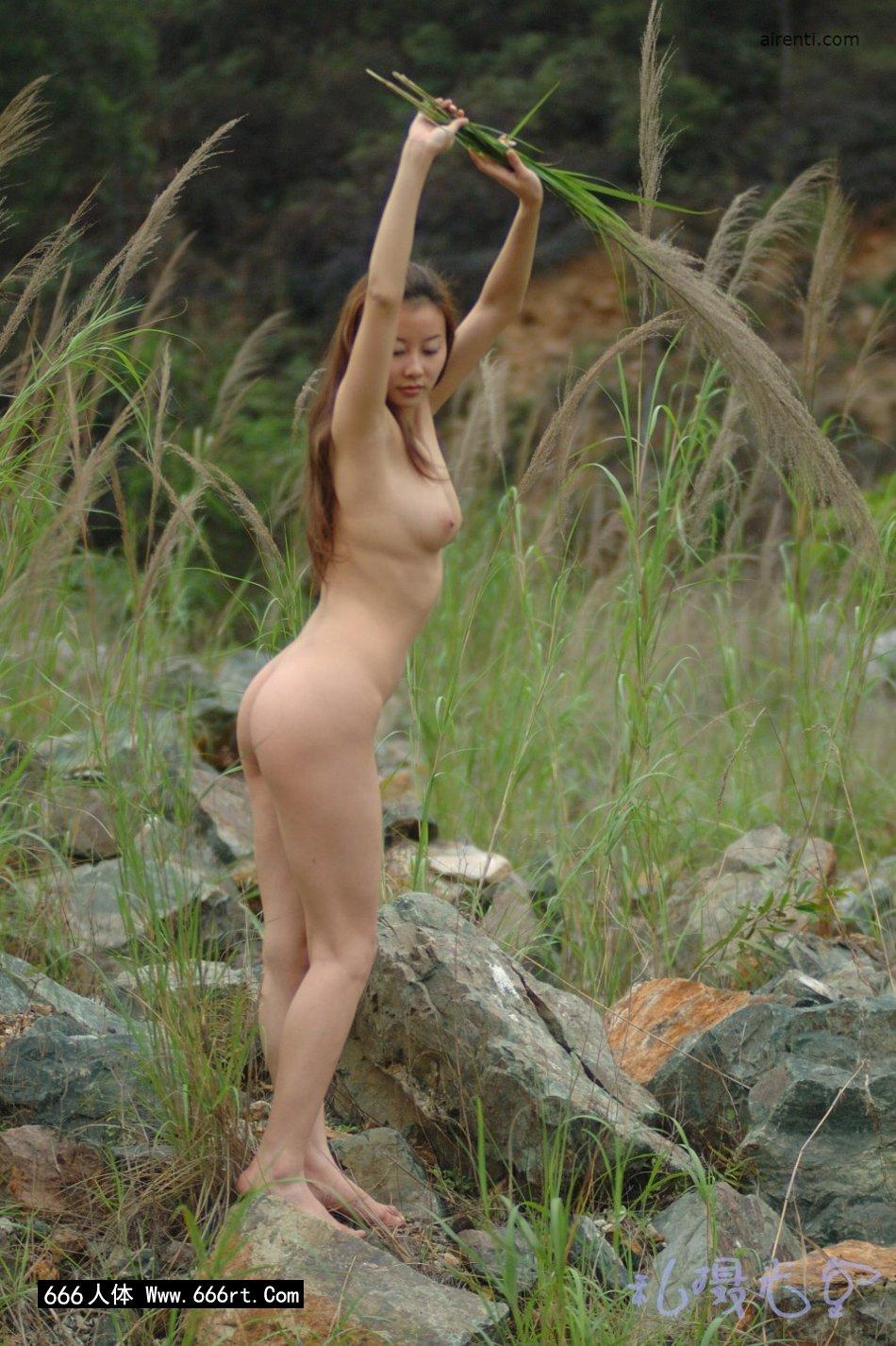 皮肤白身材好的王丹芦苇丛中外拍