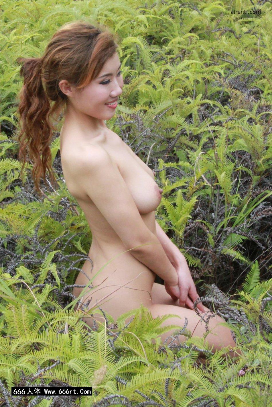 山野草丛外拍白皙嫩模兰依