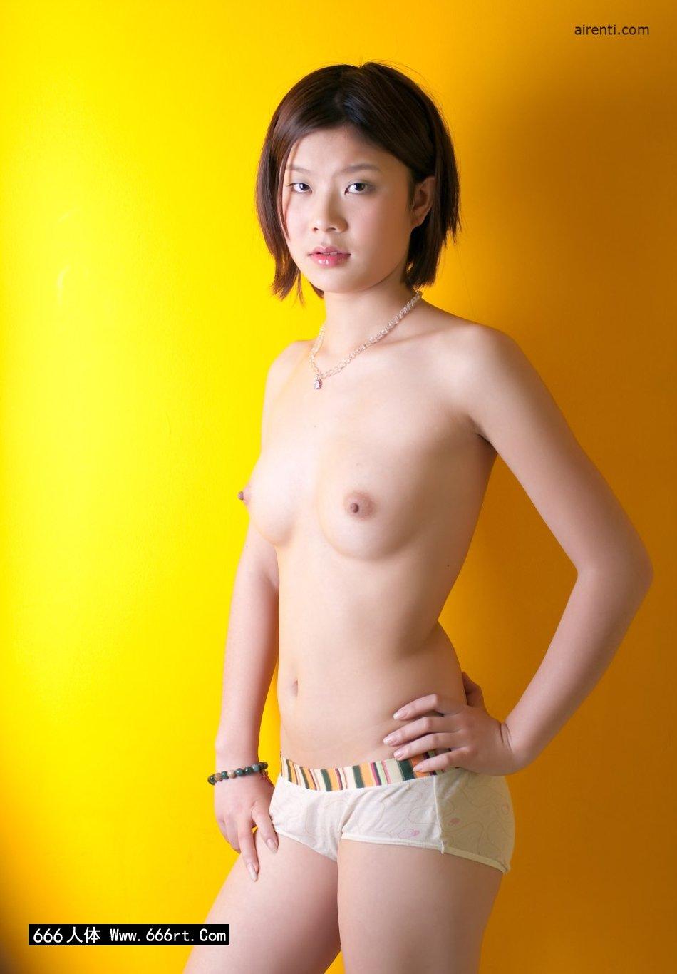 黄色背景棚拍穿着泳装的宋蕊