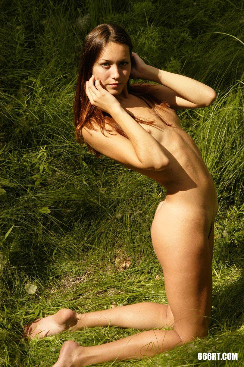 夏日内陆湖外拍的长头发靓妹Zanna