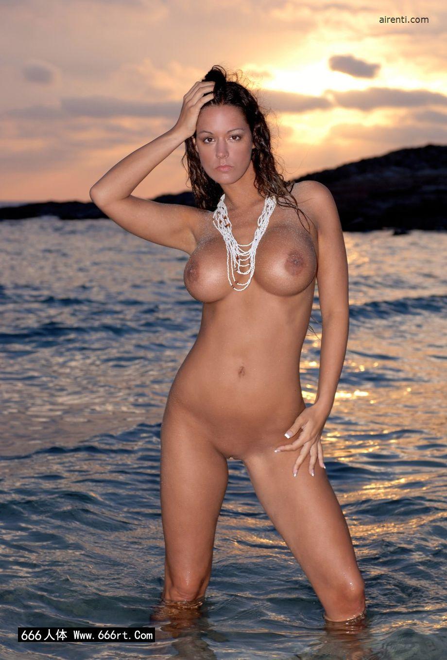 美丽靓女Cecilia黄昏海边外拍人体
