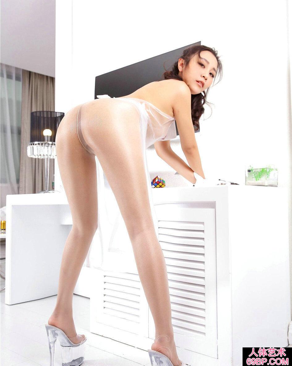 穿透明胶衣的裸模小茹紧身肉丝长腿人体