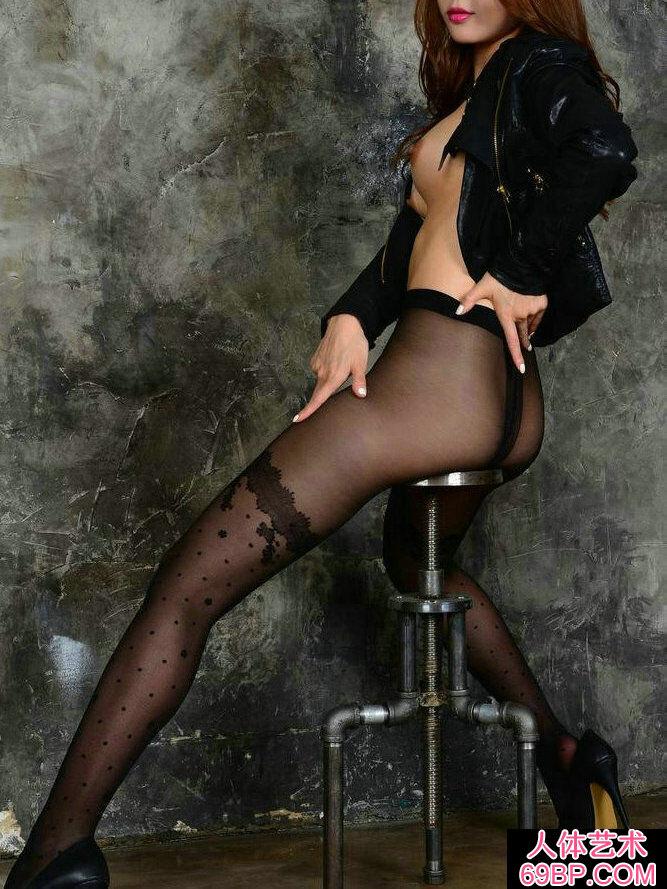 长头发靓女穿黑色肉丝棚拍人体写真
