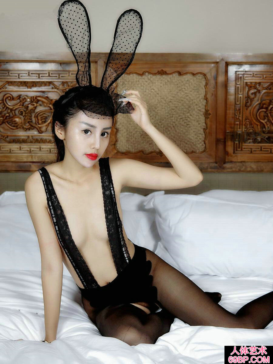妩媚娇嫩的黑色蕾丝兔女郎私拍照