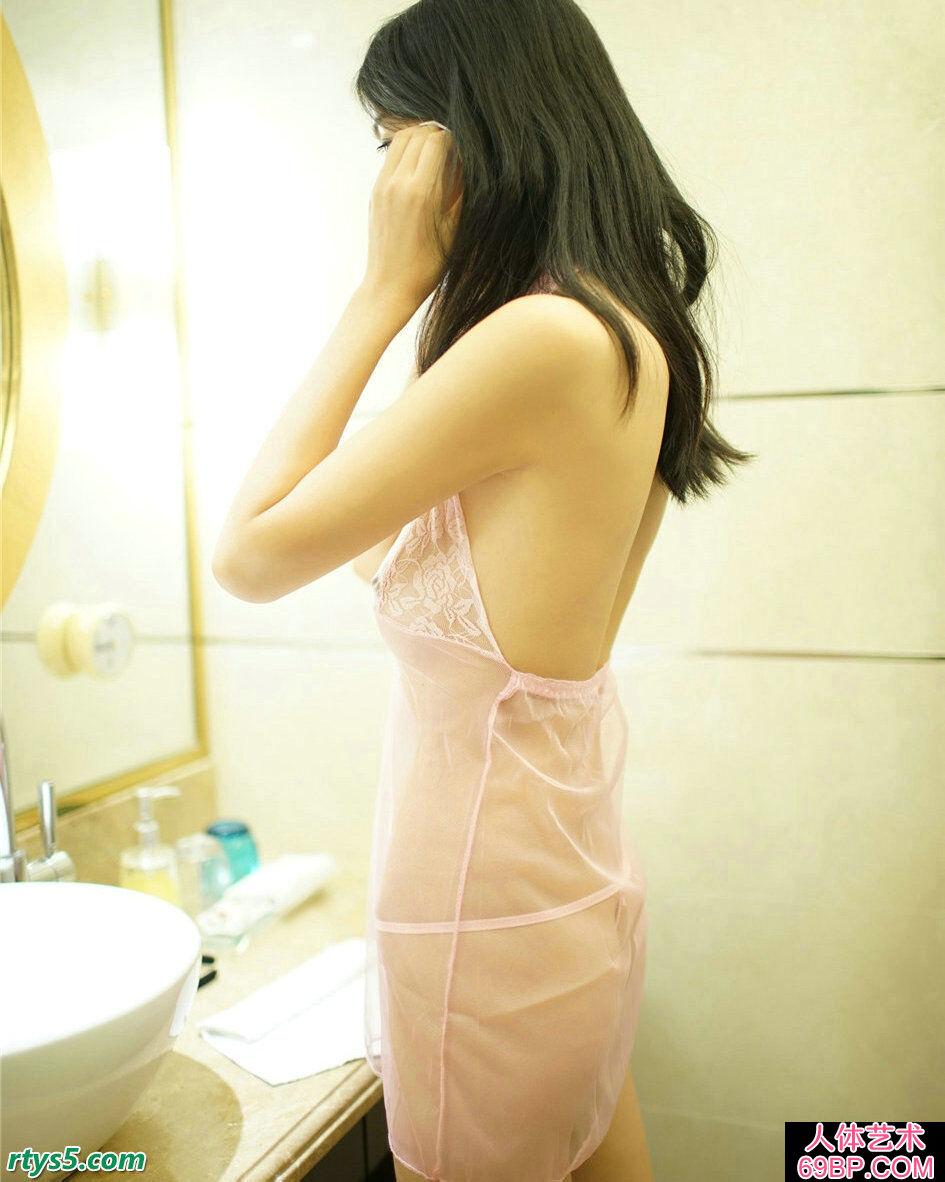 袋口罩的尤物穿透明蕾丝裙浴室摄影