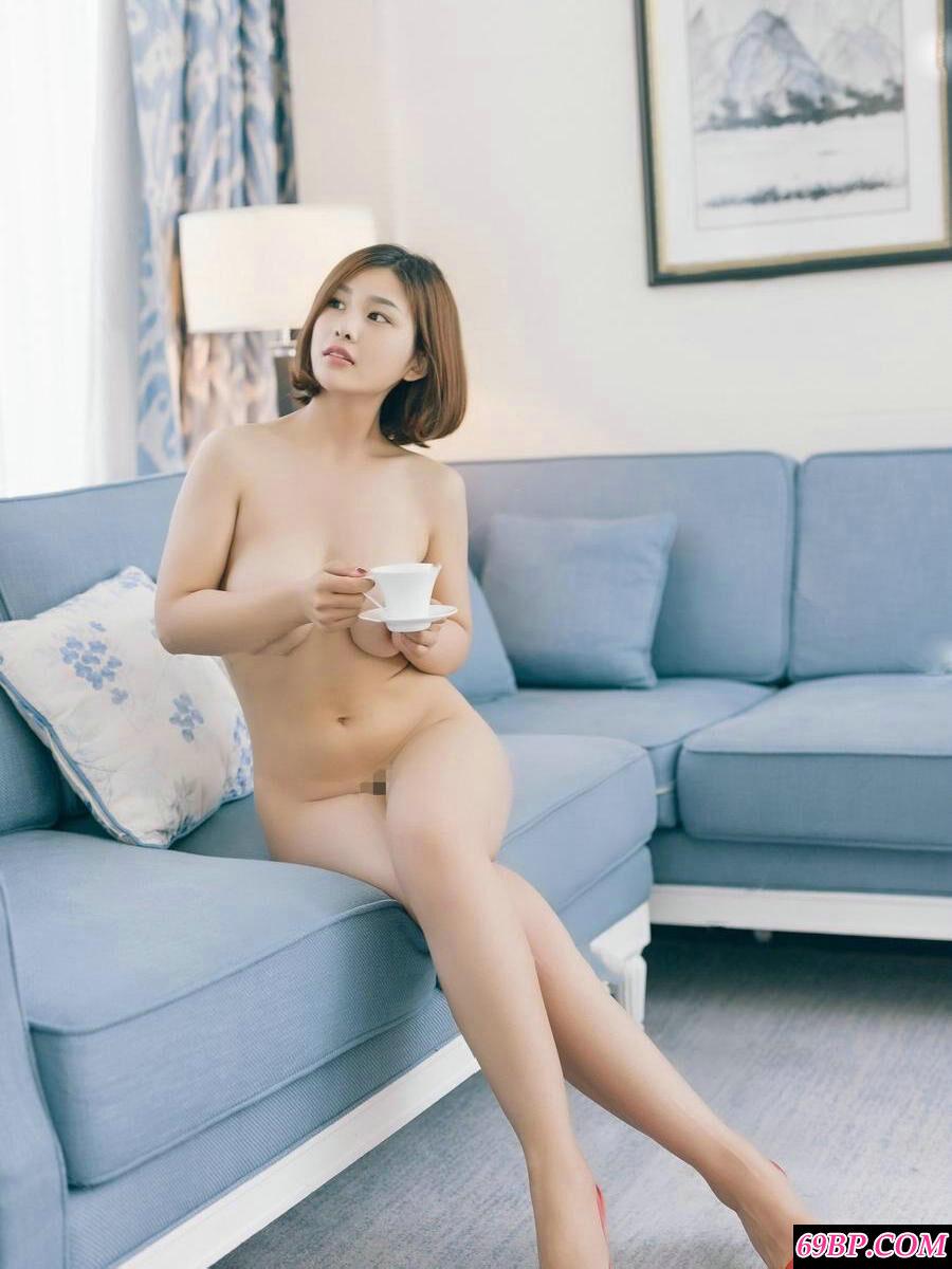 丰腴白皙的裸模盼盼全裸居家人体写真