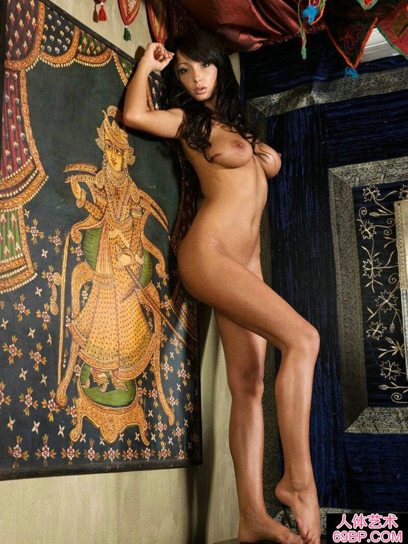 皮肤黝黑的Ahha棚拍抽象美体艺术