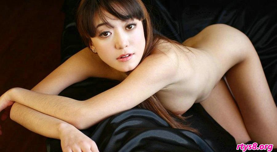 绝品国模高行美坐在黑皮沙发上拍摄人体