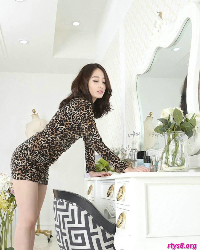 穿豹纹服饰的酥胸超模Sua梳妆镜前拍摄