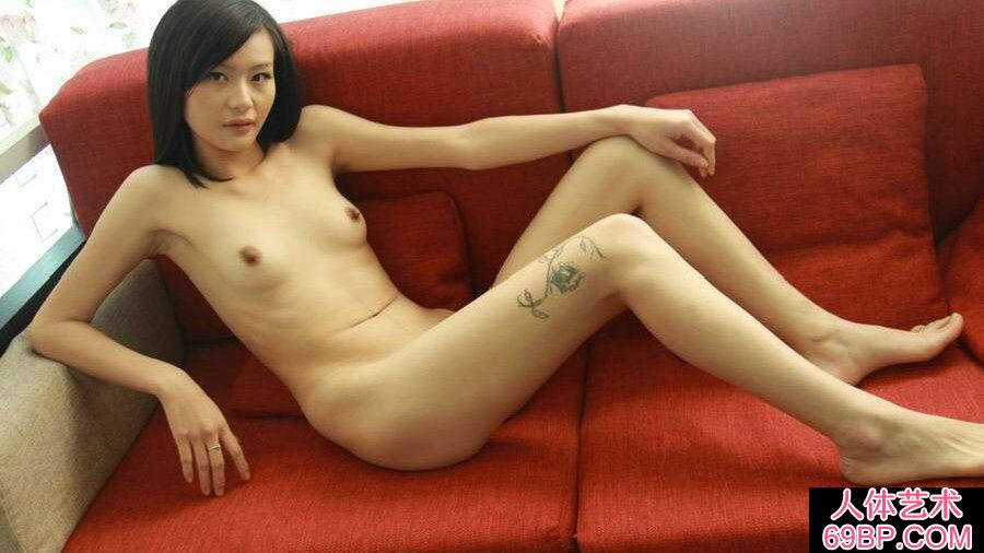 朴素国模若彤红色沙发上大尺度人体秀