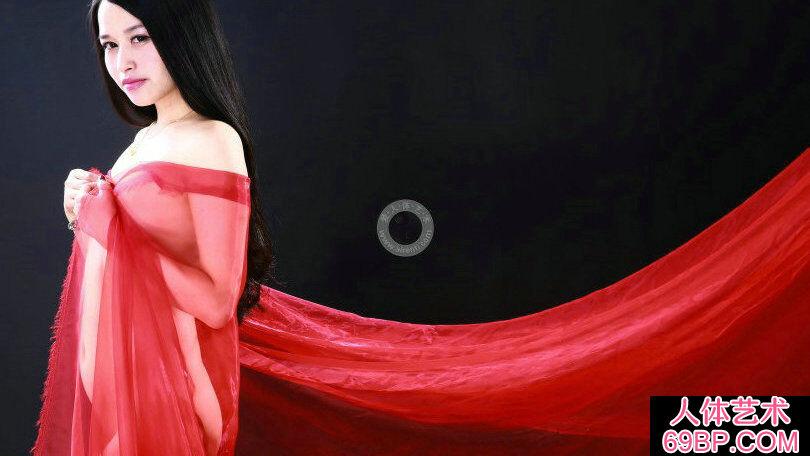 裸模小慕和阿林穿红色肚兜拍摄人体摄影