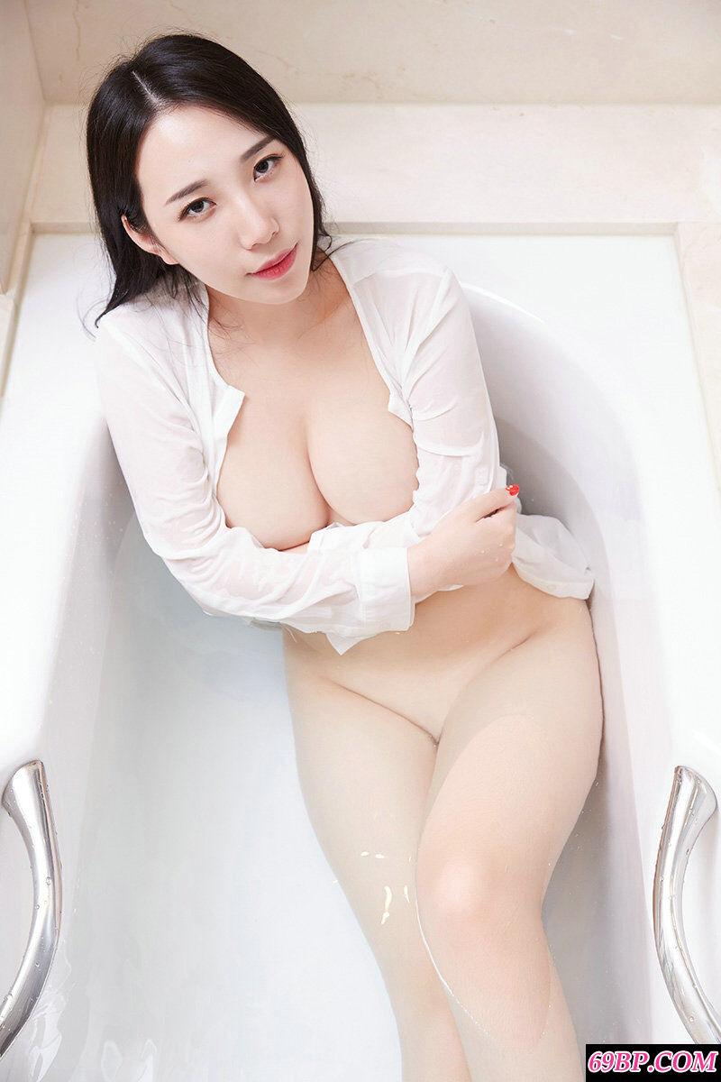 丰润白皙的大胸妹子极限诱惑写照