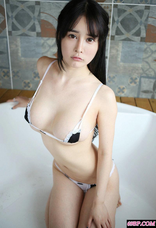 可爱小妞蔡文钰居家拍摄丰腴白皙人体