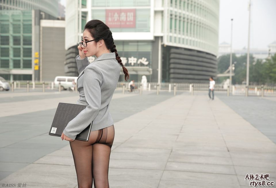 美人职员只穿黑丝就来上班了